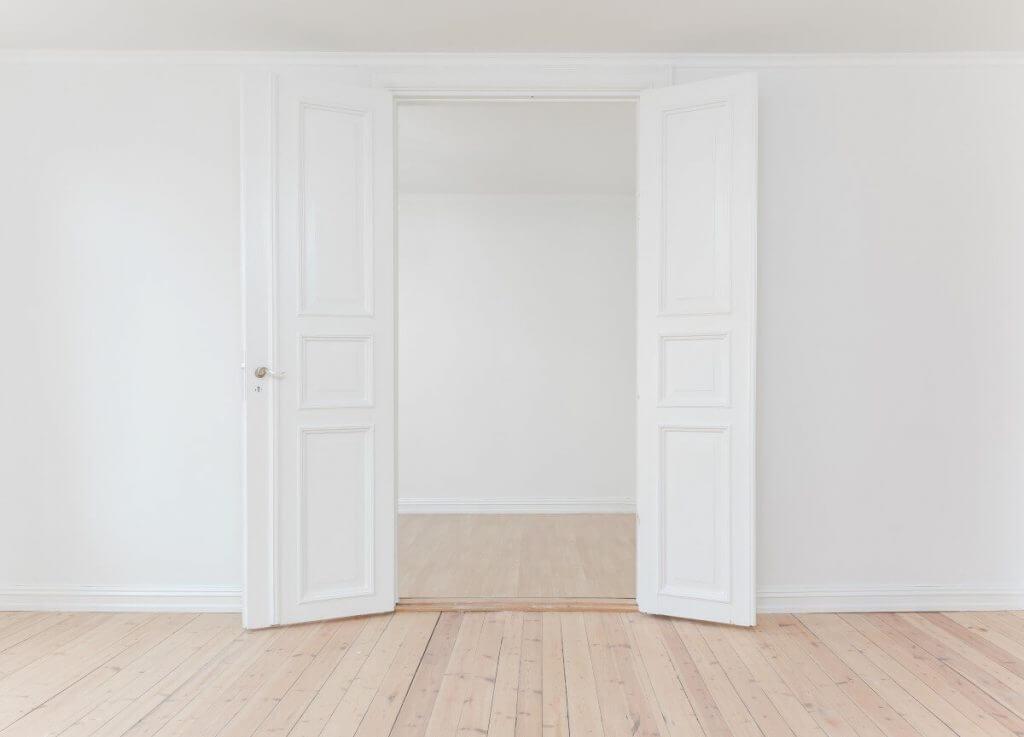 бяла интериорна врата