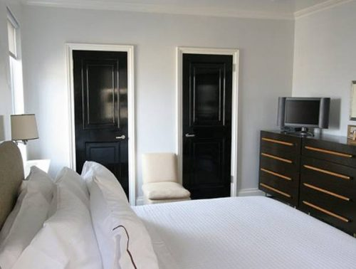 Тъмни интериорни врати, класа и стил в интериора на всеки дом